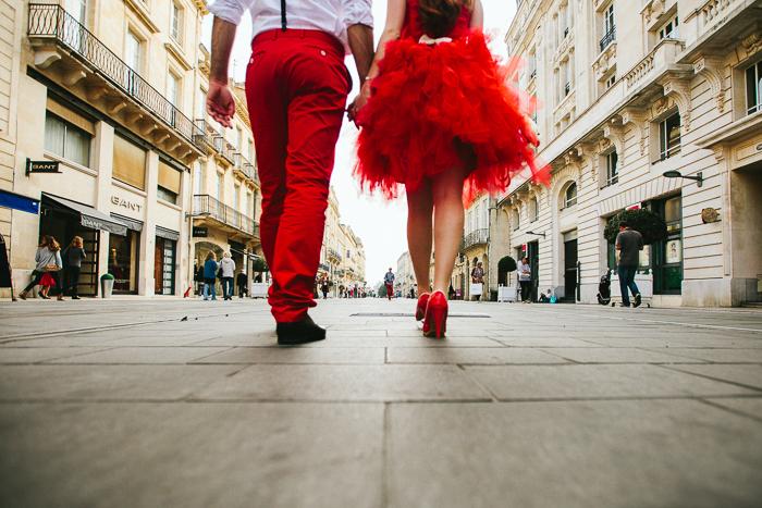 Photo de mariés dans la rue en robe rouge à froufrous - Photo SL Photographies http://www.stephen-liberge.com